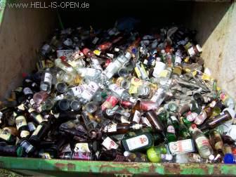 Eingesammelte Glasflaschen, hochprozentiges Gemisch