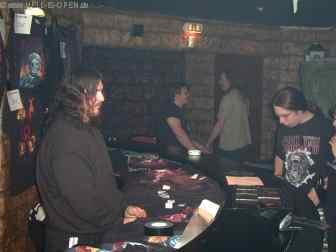 Six Feet Under Bassist verkauft Merchandise