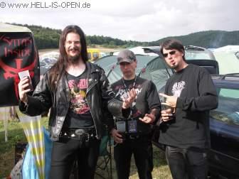 Der Sessiongitarrist von WATAIN bei hell-is-open am Campingplatz