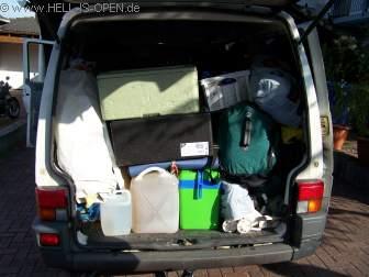 """Der VW Bus vor der Abfahrt. Vollbepackt mit Suff und """"Möbeln"""""""