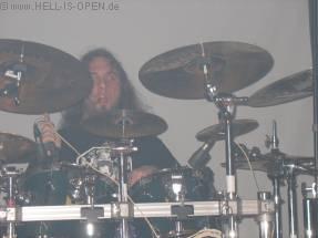 Der Drummer von Leng Tch'e hat auch alle Hände voll zu tun.