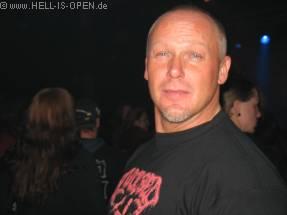 Ein glücklicher Mensch mit seinem Avulsed Shirt