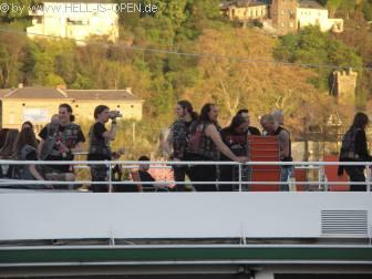 Blick auf Schiff vor dem Start. Die Bands Desaster und Metal Inquisitor inspizieren schon mal das Oberdeck.