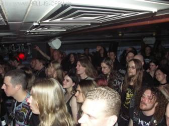 Metal Inquisitor Die Fans sind schon beim ersten Lied voll bei der Sache, bangen und gröllen mit