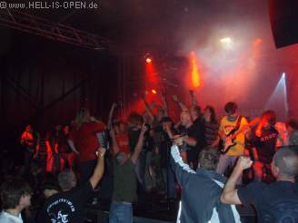 Das Publikum stürmt die Bühne beim Battle Against The Empire Gig