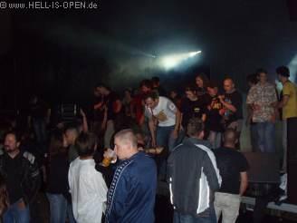 Das Publikum stürmt die Bühne beim Battle Against The Empire Gig, cooler Auftitt der Band.