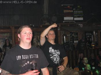 links Timo Claas Drummer bei LAY DOWN ROTTEN, rechts Steven von Hell-is-open.de